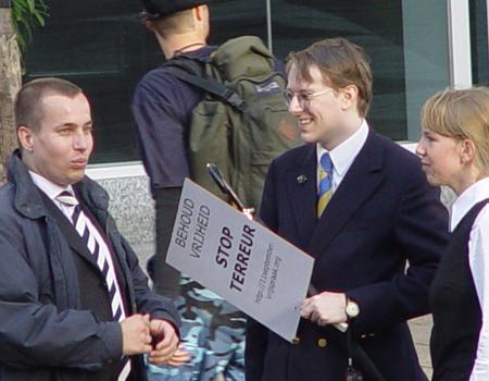 Van Hanswijck de Jonge (midden) op 11 september 2003 in gesprek met Michiel Smit van Nieuw Rechts