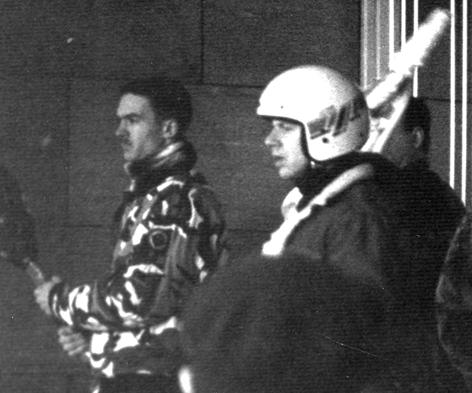 Januari 1995: Constant Kusters en Eite Homan (met helm) in confrontatie met antifascisten