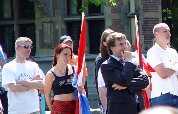 Nieuw Rechts-manifestatie in Den Haag op 28 mei 2005 met Michiel Smit in pak en Ben van der Kooi (links) met zonnenbril