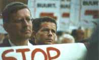Wim Vreeswijk (links), samen met Vlaams Blok-voorzitter Frank van Hecke op een demonstratie tegen een moskee in Antwerpen in 1997.