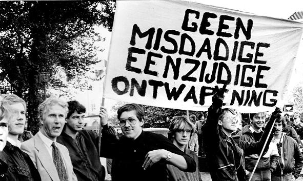 Demonstratie vóór kernwapens van het JFN, 1983. Links Stewart Mordaunt, daarnaast Joop Glimmerveen