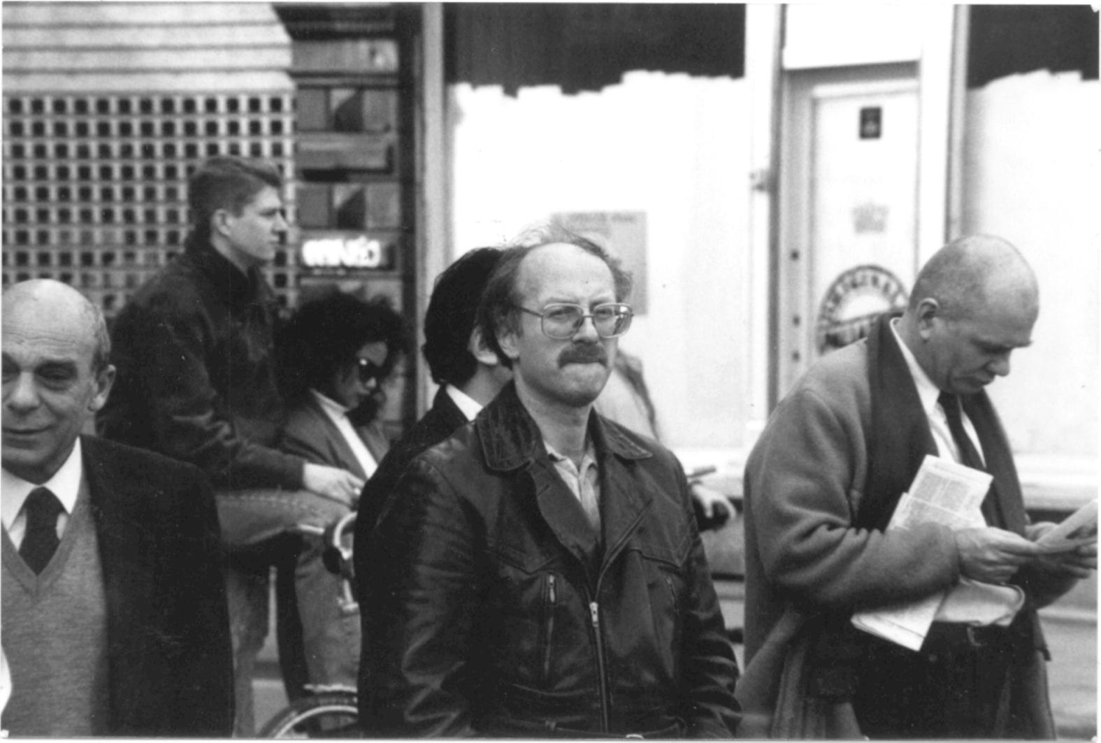 Yge Graman (midden, met bril) in 1993 als toeschouwer bij een demonstratie tegen racisme