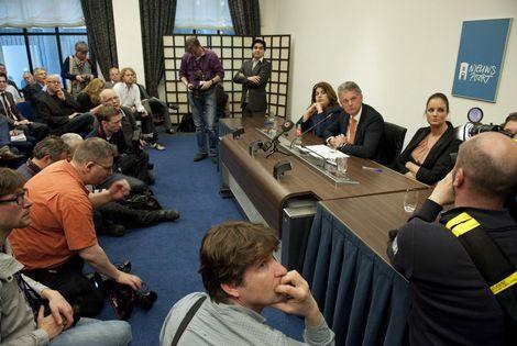 Achter Brinkman tijdens persconferentie: Monica Nunes