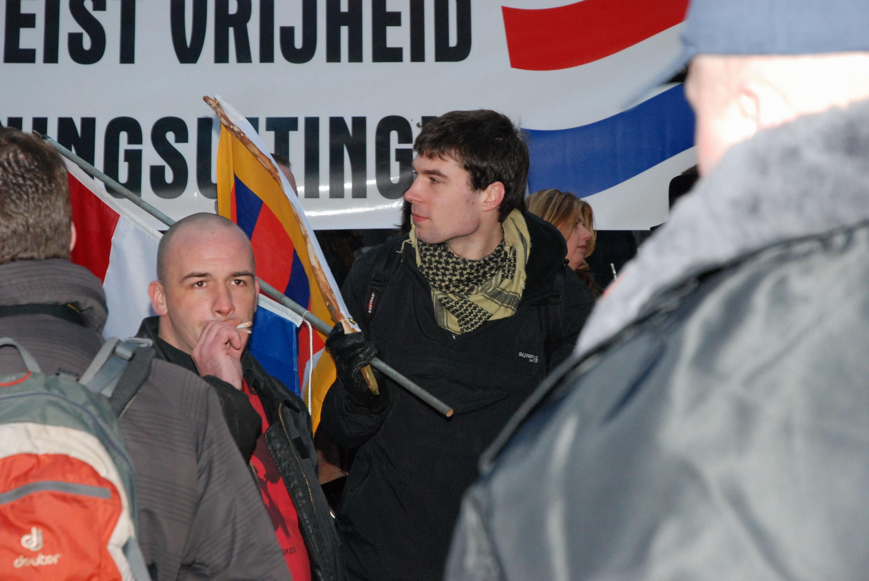 Voorpostleden op PVV manifestatie te Amsterdam, 2010. Op achtergrond Nunes, die na afloop de omstreden aanwezigheid van Voorpost toejuichde