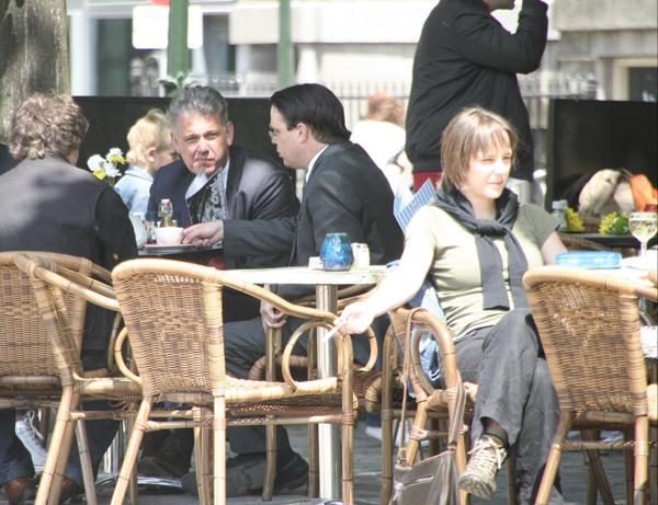 Hero Brinkman en Eddy Bilder (beiden spreker op Dutch Tea Party manifestatie) borrelen na op een Haags terras, 2010
