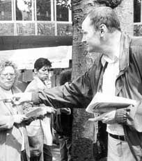 Jan Heitmeier deelt CP'86 pamfletten uit