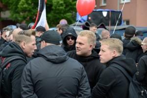 Paul Peters op de demonstratie 'Tag der Deutsche Zukunft' in Hamburg, juni 2012. Links Willem van Dijk, rechts Tom van den Hoek en op de rug gezien Barry Kluft.