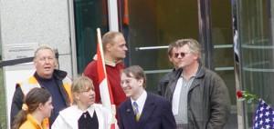 Marcel Hoogstra (rechts met zonnebril) op demonstratie van Nieuw Rechts, 2003