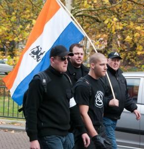 Jeroen Boers (kaal) op demonstratie NVU samen met Jeroen van den Berg. Van den Berg is lid van Ulfhednar, een organisatie waarvan leden volgende week voor de rechter moeten verschijnen vanwege illegaal vuurwapenbezit