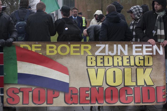 Manifestatie van het Nieuw-Solidaristisch Alternatief te Den Haag, december 2012. Rechts aan het spandoek organisator Jeffrey Mathijsen.