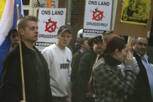 Patrick de Bruin (met vlag) op demonstratie Voorpost 'Ons land drugsvrij!' te Maastricht, maart 2009