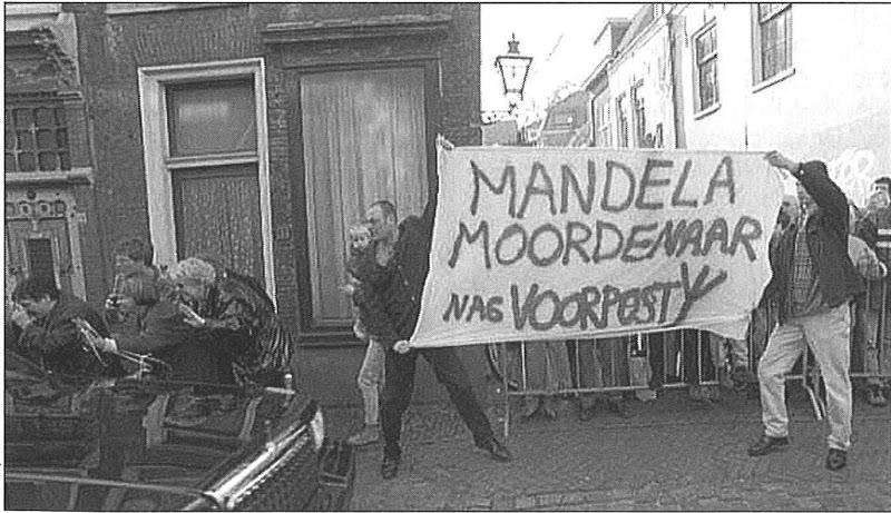 Voorpost  activisten Tim Mudde en Jan Koevoet bij het beoske van Nelson Mandela in Leiden, maart 1999