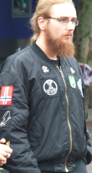 Een van de deelnemers aan de PVV manifestatie die openlijk extreemrechtse symbolen droeg