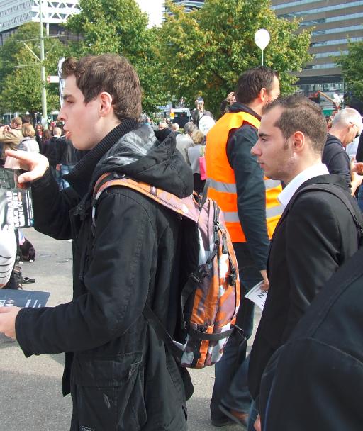Kandidaat Verantwoorde Lokale Politiek verspreidt samen met Zwart Front leider Ritchie Kolvers flyers van 'Nederland Tuigvrij' tijdens PVV manifestatie 21 september 2013, Den Haag