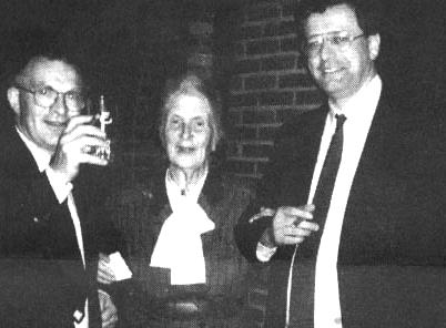 PVU lijsttrekker Vreeswijk (rechts) met Janmaat en NSB-weduwe Rost van Tonningen