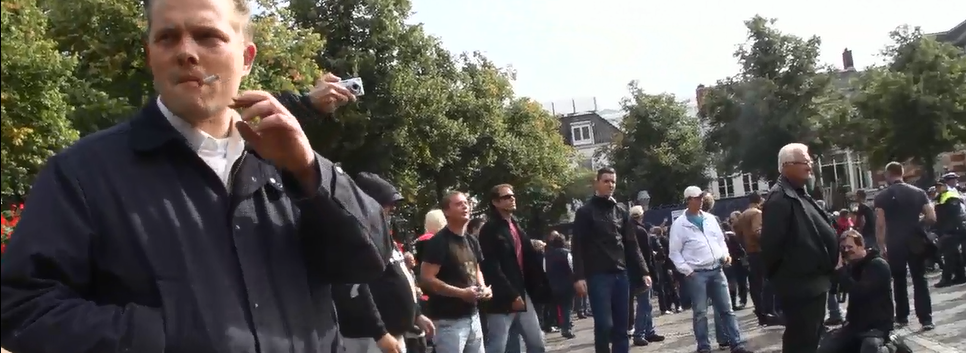 Peters wacht rustig tot anderen de confrontaite zoeken met linkse anti PVV demonstranten. Den Haag, 21 september 2013