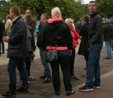 Peters verspreidt Identitair Verzet flyers op de PVV manifestatie, in gezelschap van verschillende extreemrechtse activisten, waaronder Harm Jan Smit van het nazistische Blood&Honour Nederland