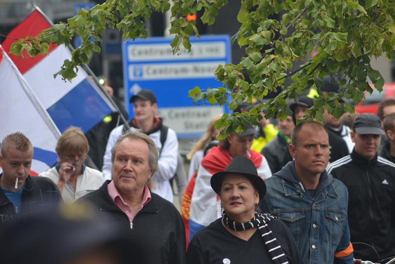 Chohan (met hoed) op Pro Patria demonstratie Den Haag, 10 augustus 2014
