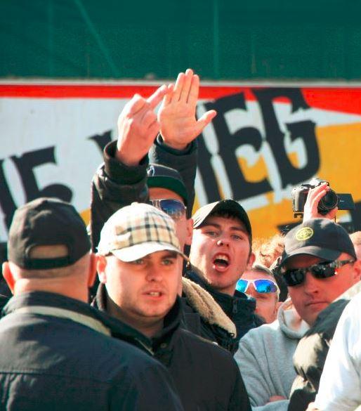 Koenekoop brengt Hitlergroet. Direct achter hem Ben van der Kooi, daarnaast (met bril) Barry Kluft
