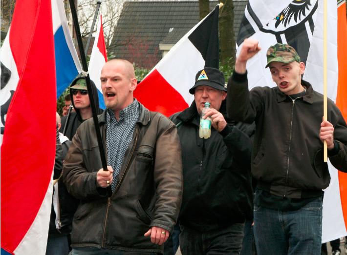 Martijn Oelen (links met vlag) op NVU demonstratie Ede, maart 2011. Rechts Arie Huisman