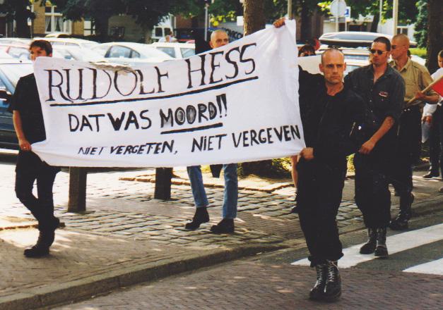 Jasper Ruytenbeek (rechts met zonnebril) op demonstratie Germaanse Jeugd Nederland, Valkenburg juli 1999