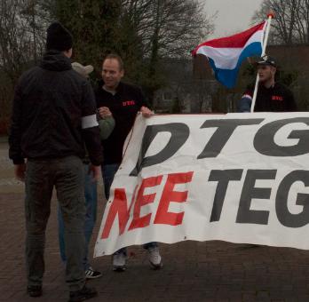 Demo KNNL Oude Pekela. Rafael Marchese van DTG wordt hartelijk welkom geheten door neonazi's Marcel Flink en Harm-Jan Smit van KNNL