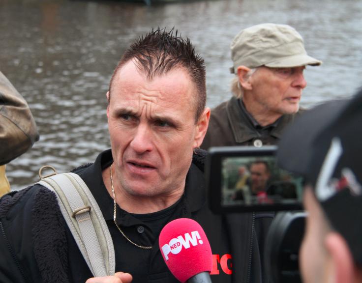 Benno Wilmink staat namens DTG pers te woord op Pegida demonstratie Amsterdam, februari 2015