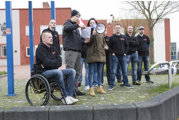 Kim de Jong speecht op demonstratie Kameraadschap Noord-Nederland, Oude Pekela december 2015. Harm-Jan Smit houdt haar tekst vast.