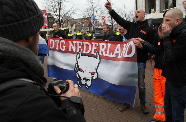DTG bij Pegida-demo in Amsterdam. Rechts Jeroen Banda en Danny Hoffmann