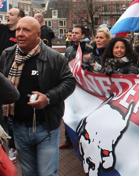 Adé Jansen (links), Erna Bons en Frieda Jansen-Bastiaans (beiden achter DTG-spandoek) op Pegida demonstratie Amsterdam, februari 2016