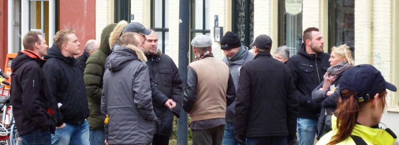 Michael Jansen (links, direct naast Paul Peters) houdt zich op buiten de Pegida-demonstratie om tegenstanders op te zoeken, november 2017 Nijmegen