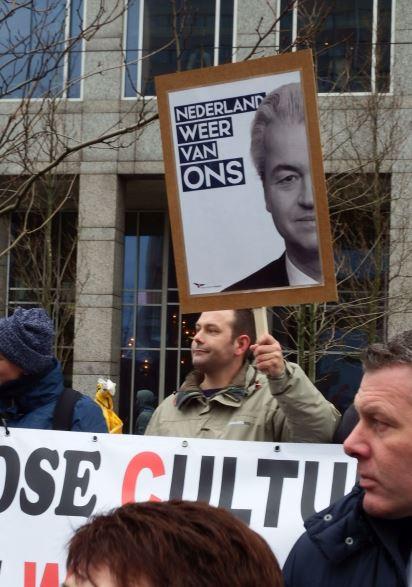 Hugo Kuijper achter Rechts in Verzet spandoek met PVV bord in hand