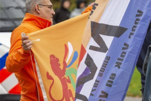 George Scheffer met PVBNI-vlag op NVU-demonstratie te Den Haag, oktober 2020